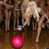 Порно-актрисы голышом играют в футбол