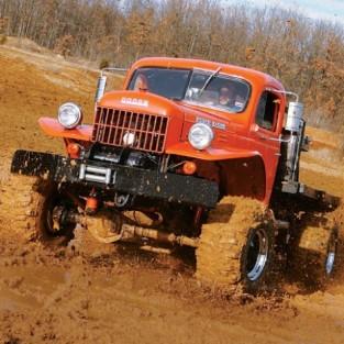 Dodge Power Wagon и его увеличенная копия.