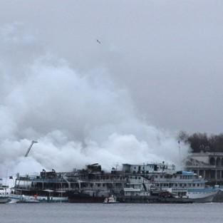 Пожар на теплоходе «Сергей Абрамов» в Москве